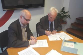 Roger Jiménez i Josep Viñeta signant el con veni d'adhesió al FCIC